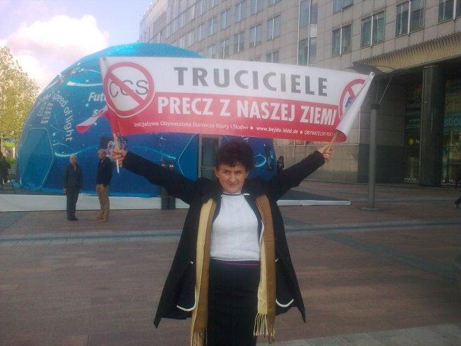 Teresa Wojda na placu przed Parlamentem  Europejskim w Brukseli 09.10.2015r .Wraz z M.Bejda uczestniczyła w warsztatach o gazie łupkowym