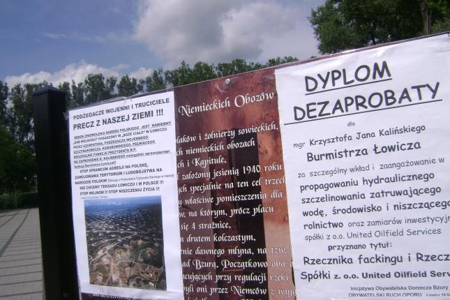 Plataty przeciw podżegaczom wojennym przed pomnikiem ofiar II 004